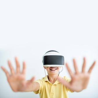 Vista frontale bambino con occhiali vr e copia-spazio