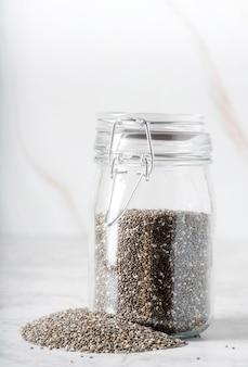 Vista frontale barattolo pieno di semi