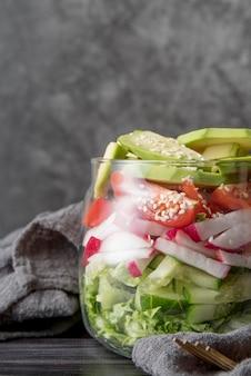 Vista frontale barattolo pieno di verdure biologiche