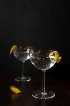 Vista frontale bicchieri aromatici di cocktail