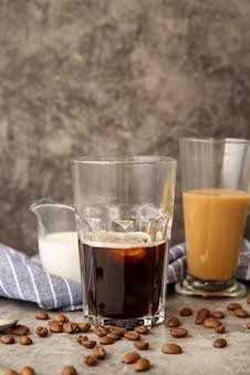 Vista frontale caffè ghiacciato con latte