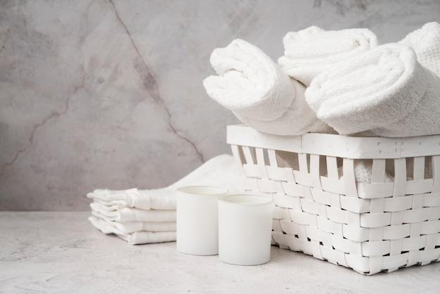 Vista frontale cestino bianco con asciugamani