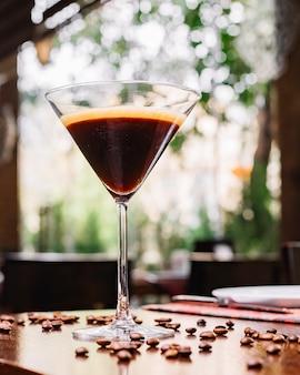 Vista frontale cocktail con chicchi di caffè