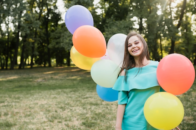 Vista frontale compleanno donna nel parco