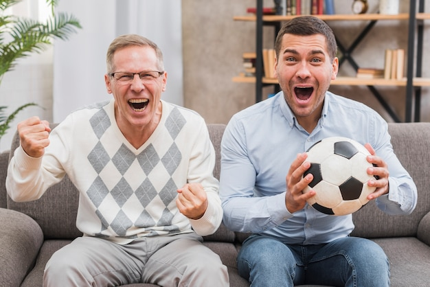 Vista frontale con padre e figlio divertirsi