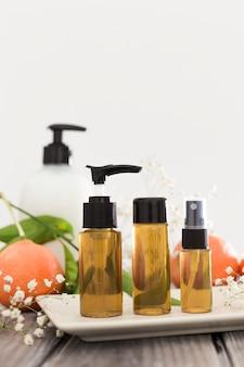 Vista frontale degli oli essenziali del concetto di bagno