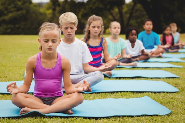 Vista frontale dei bambini che fanno yoga