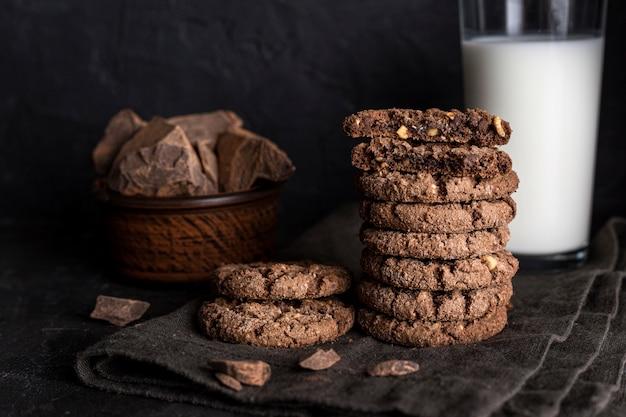 Vista frontale dei biscotti al cioccolato con bicchiere di latte
