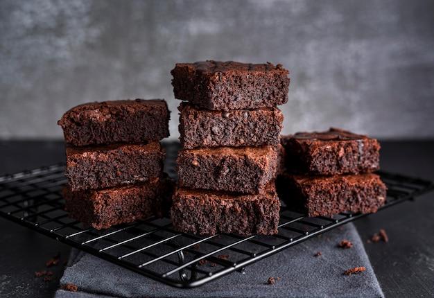 Vista frontale dei brownies sullo scaffale di raffreddamento