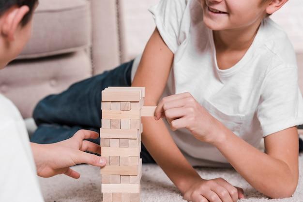 Vista frontale dei ragazzi che giocano sul pavimento