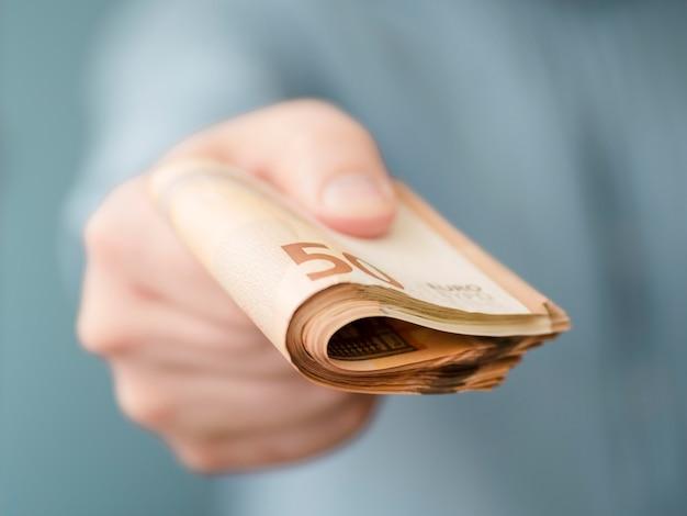 Vista frontale dei soldi della holding della persona