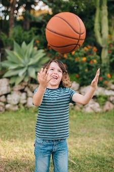 Vista frontale del bambino che gioca