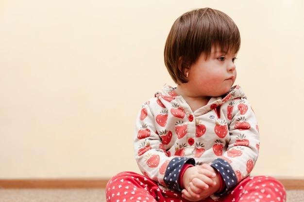 Vista frontale del bambino con sindrome di down e copia spazio