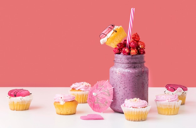 Vista frontale del barattolo di dessert con frutta e muffin