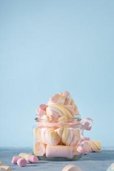 Vista frontale del barattolo trasparente riempito con marshmallow