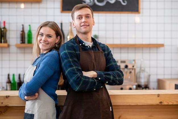 Vista frontale del barista nella caffetteria