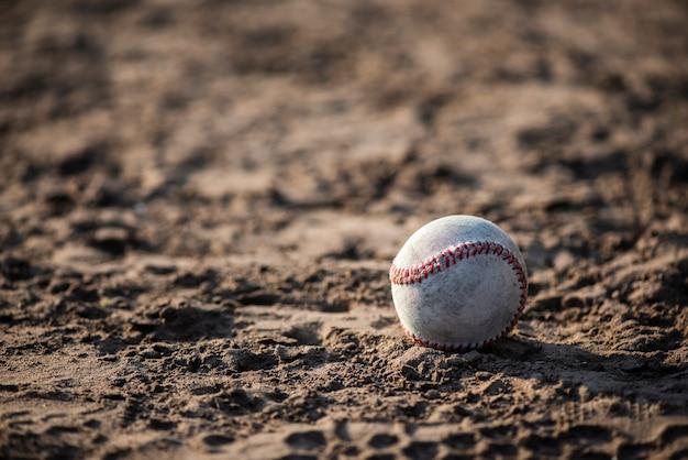 Vista frontale del baseball nella sporcizia