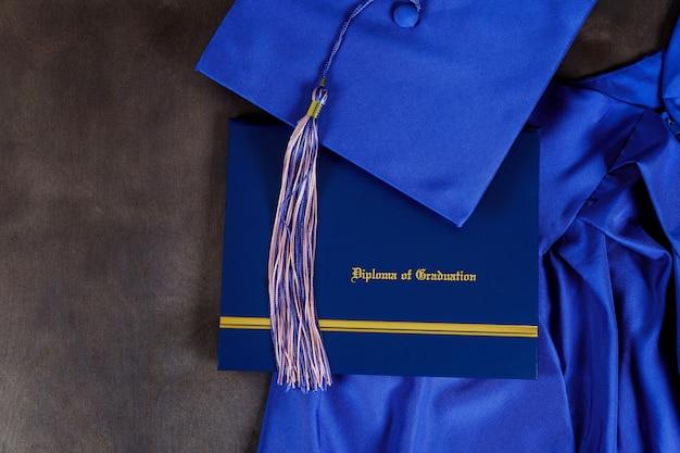 Vista frontale del cappello di laurea e diploma certificato