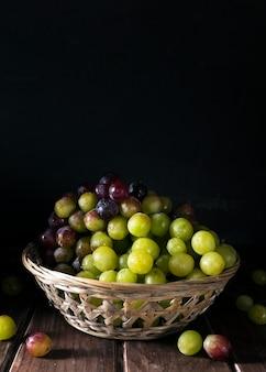 Vista frontale del cesto pieno di uva in autunno