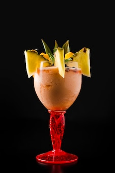 Vista frontale del cocktail tropicale fresco