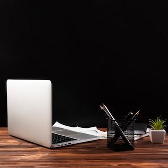 Vista frontale del computer portatile sulla tavola di legno