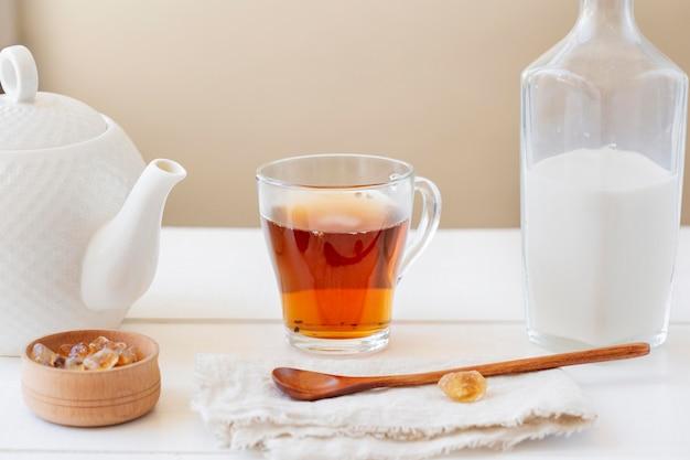 Vista frontale del concetto del tè al latte