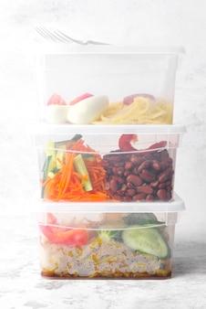 Vista frontale del concetto dell'alimento in lunchbox