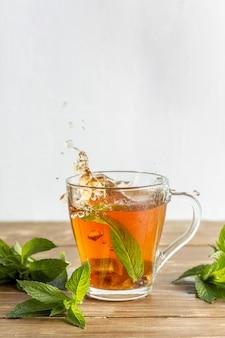 Vista frontale del concetto di erbe del tè con lo spazio della copia