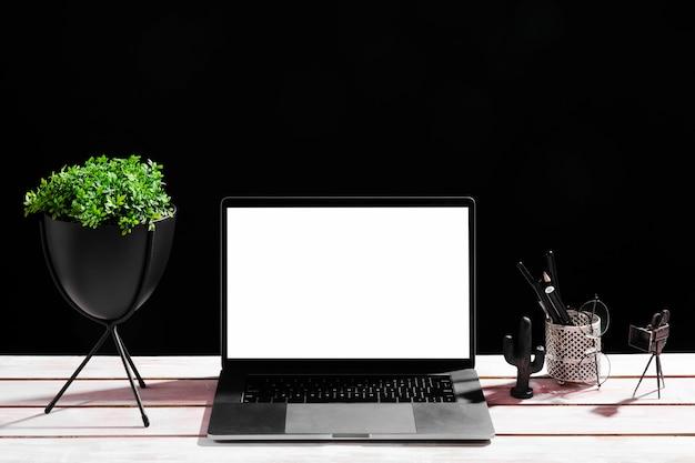 Vista frontale del concetto di scrivania con il computer portatile