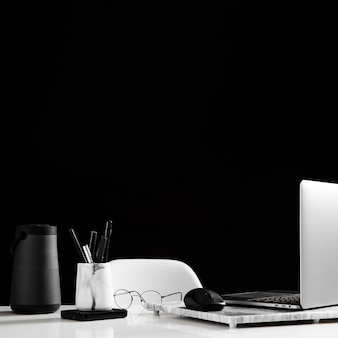 Vista frontale del concetto di scrivania con spazio di copia