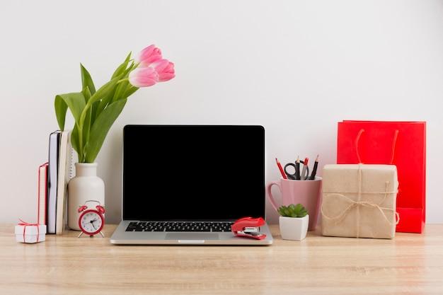 Vista frontale del concetto di scrivania con tulipani