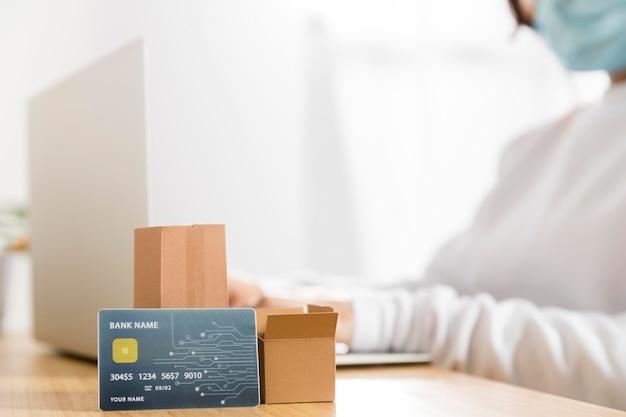 Vista frontale del concetto di shopping online