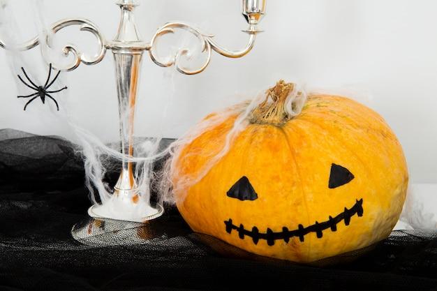 Vista frontale del concetto di zucca di halloween
