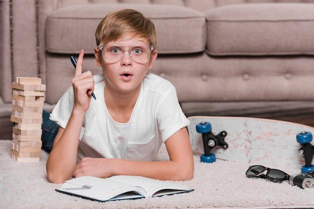 Vista frontale del concetto moderno del ragazzo