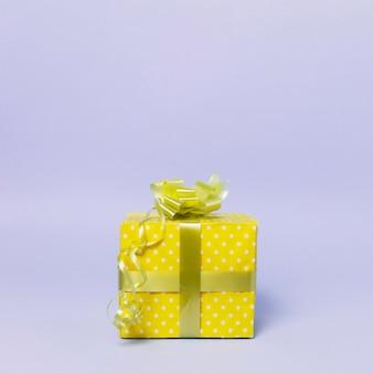 Vista frontale del contenitore di regalo con lo spazio della copia e del nastro