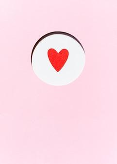 Vista frontale del cuore di carta con lo spazio della copia