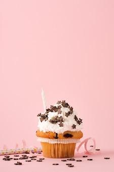 Vista frontale del cupcake con glassa e candela