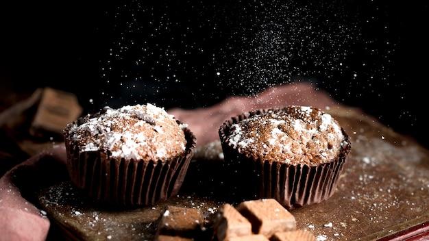 Vista frontale del delizioso muffin al cioccolato