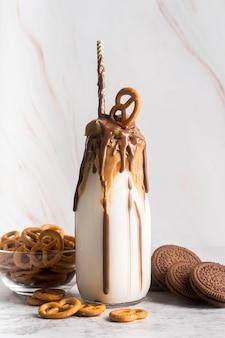 Vista frontale del dessert con biscotti e cioccolato