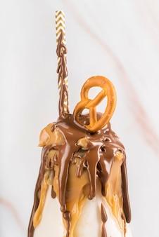 Vista frontale del dessert con cioccolato e ciambellina salata