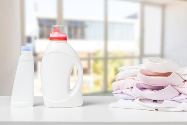 Vista frontale del detersivo pulito e del detersivo liquido