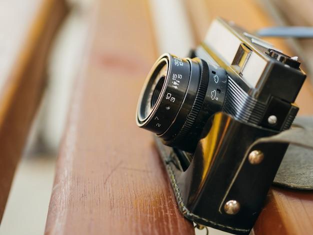 Vista frontale del dispositivo fotocamera sul banco