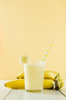 Vista frontale del frappè alla banana con frutti