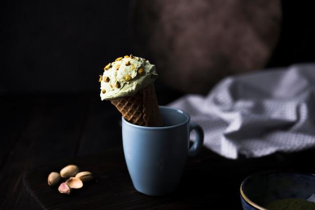 Vista frontale del gelato al pistacchio con noci