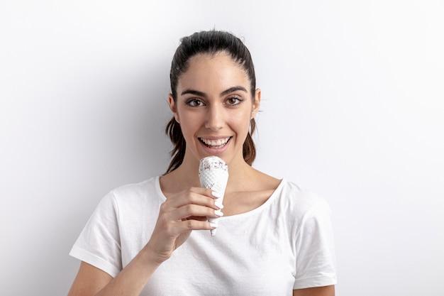 Vista frontale del gelato della tenuta della donna di smiley