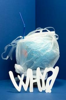 Vista frontale del globo terrestre coperto di plastica con il perché