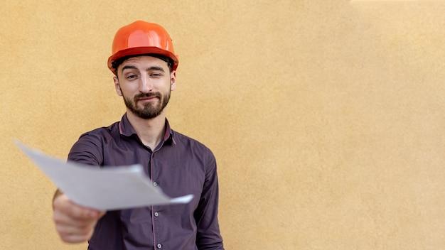 Vista frontale del lavoratore che tiene schematico