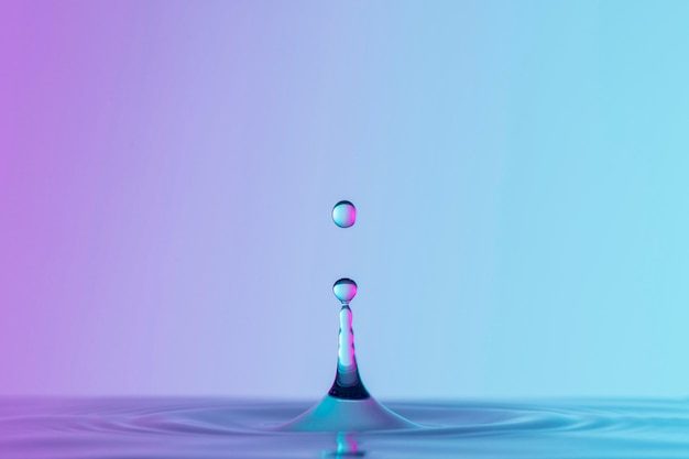 Vista frontale del liquido con gocce e schizzi