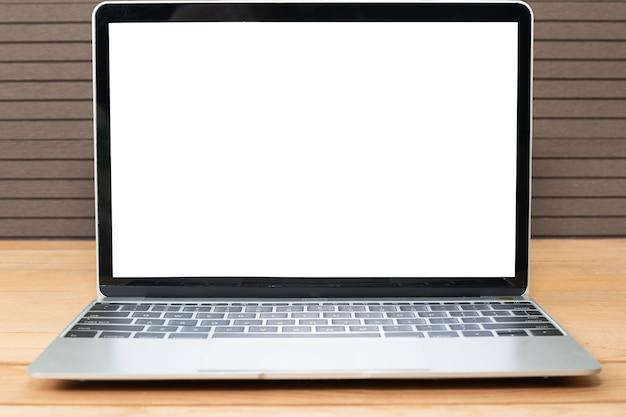 Vista frontale del modello di laptop su legno