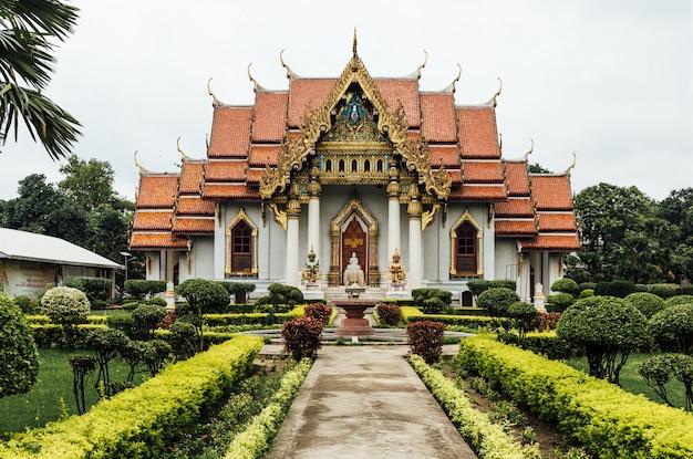 Vista frontale del monastero tailandese (tempio tailandese) decorato con arte tailandese a bodh gaya, bihar, india.